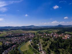 Luftaufnahme Stadt Aach mit den Hegaubergen im Hintergrund