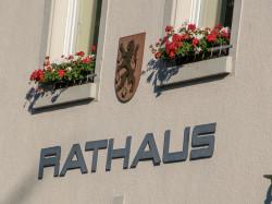 Schriftzug Rathaus auf dem Rathausgebäude