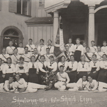 Schauturnen 1924 vor dem Gasthaus Löwen Aach