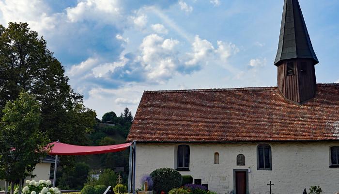 Friedhof mit Blick auf die Friedhofskapelle Sankt Remigius und das gärtnergepflegte Grabfeld