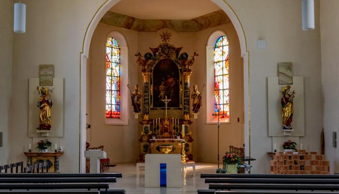 Blick auf den Altarraum in der Stadtkirche Sankt Nikolaus