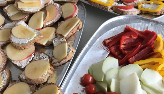 Gesundes Frühstück mit Gemüse und belegten Broten in der Grundschule Aach