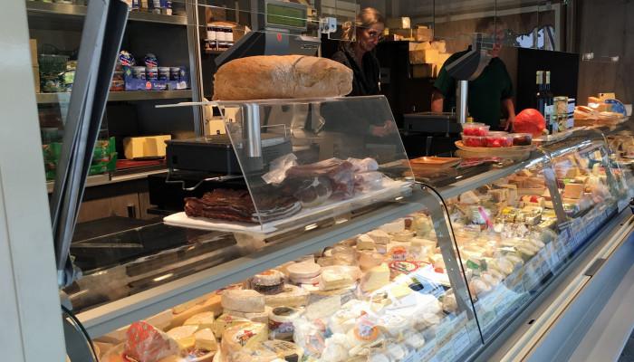 """Marktstand """"Käse Schober"""" auf dem Wochenmarkt"""